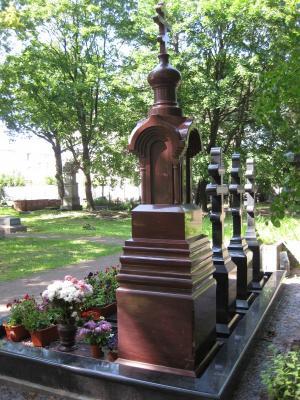 памятник малиновый кварцит